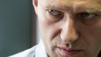"""ARCHIV - Der russische Oppositionsführer Alexej Nawalny steht während einer Pause in der Anhörung über seine Berufung vor einem Gericht in Moskau, Russland. (zu """"Giftanschlag auf Nawalny: Internationaler Druck auf Russland wächst"""") Foto: Pavel Golovkin/AP/dpa"""