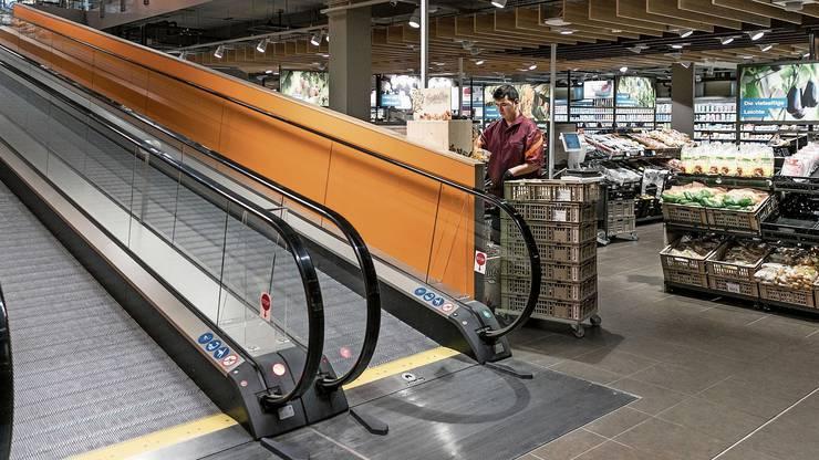 Neu zwei Rollbänder statt der steilen Rolltreppen.