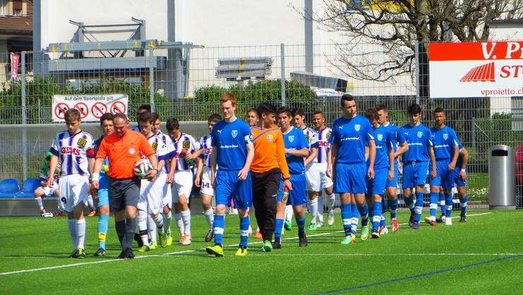 Der Einmarsch der beiden Mannschaften Blau FC Frenkendorf weiss BSC Old Boys Basel b   mit Schiri Fejzuli Riza aus Basel