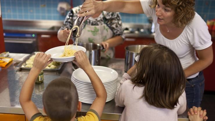 Lassen Eltern ihre Kinder wegen Arbeit oder Ausbildung ausser Haus betreuen, sollen sie nach dem Willen des Bundesrates höhere Steuerabzüge geltend machen können. (Symbolbild)