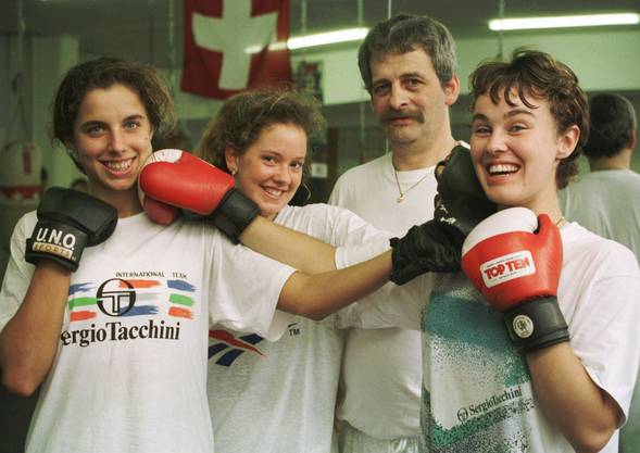 Erfolgreiches Schweizer Fed-Cup-Team um Martina Hingis, Patty Schnyder und Emmanuelle Gagliardi (l.) 1998 bei einem Boxtraining.