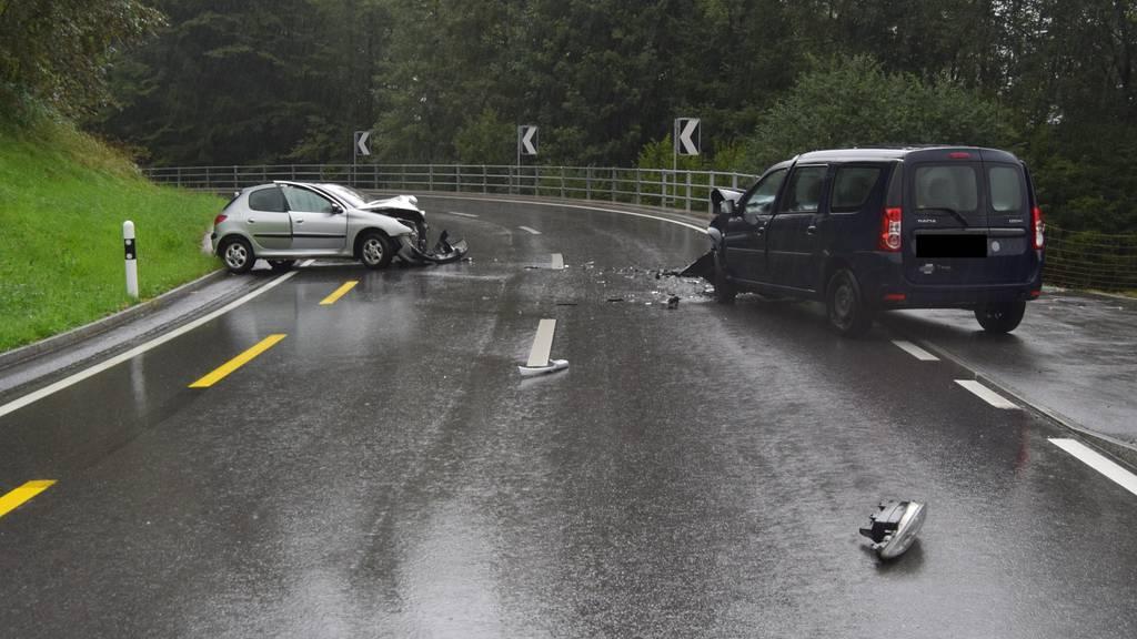 Die Autos erlitten bei der Frontalkollision Totalschaden.