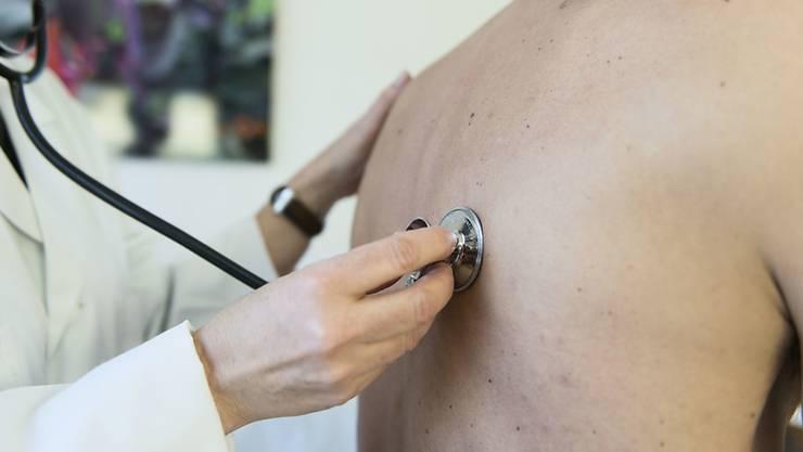 Neben den medizinischen Fehlern gehören auch die vielen umstrittenen und unnötigen Behandlungen besser kontrolliert. (Symbolbild)