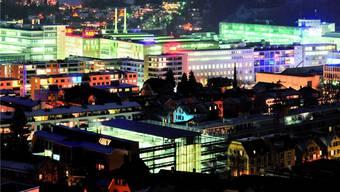 Eine Stadt mit Energiegeschichte – Industrieareal Baden Nord in der Nacht.