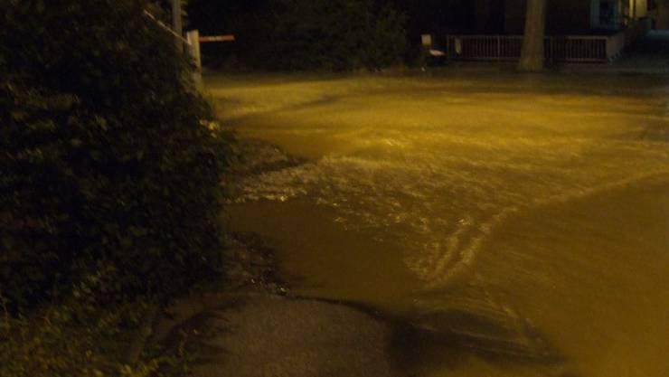 Kurzzeitig hatte es so viel Wasser auf der Strasse, dass die Autos ausweichen mussten. (Archiv)