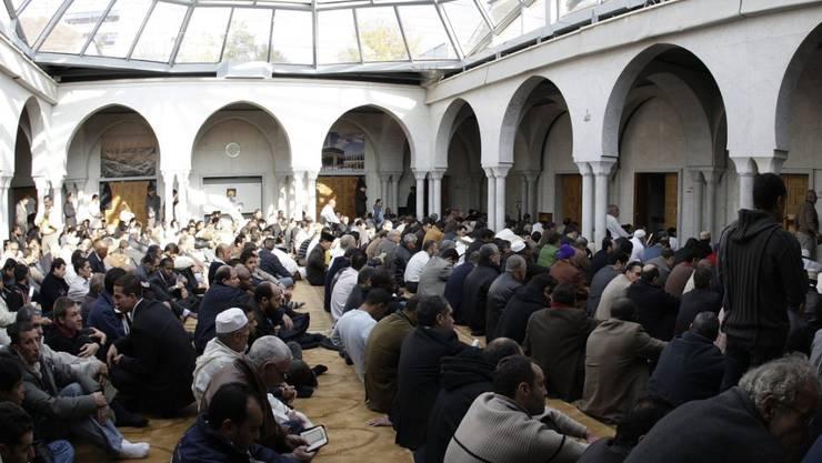 Hier herrschte noch Harmonie in der Grossen Moschee in Genf: Muslime lauschen während des grossen Freitagsgebets der Predigt eines der Imame (Archiv).