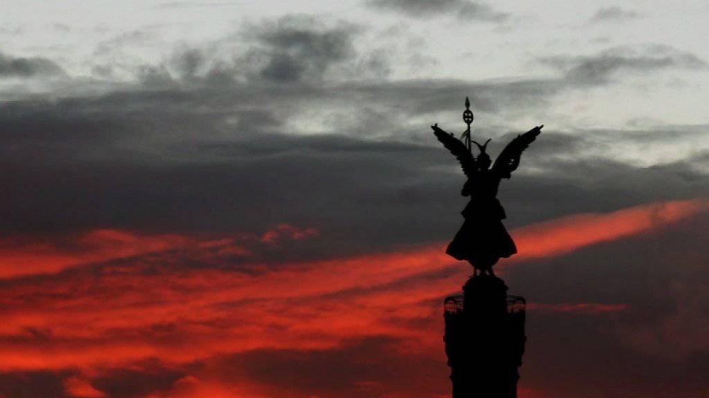 Die Berliner Siegessäule im Abendrot: In Teilen von Berlin war es am Dienstagabend wegen eines Stromausfalls dunkel. (Archivbild)