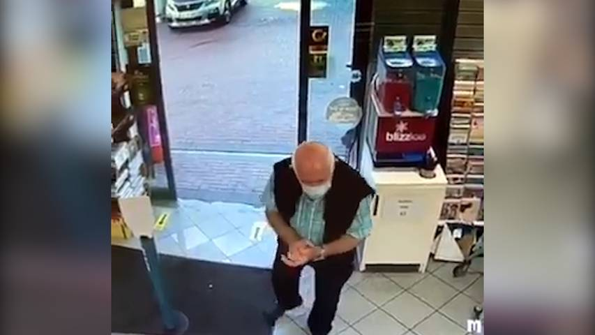 Mann desinfiziert sich mit Slushie die Hände