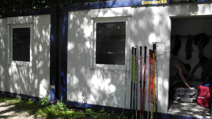 Container, die als provisorische Garderobe dienen