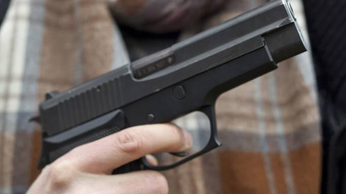 Im Verlauf der Auseinandersetzung zog einer der Beteiligten eine Waffe und gab da-raus mehrere Schüsse ab.