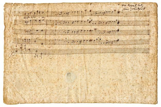 Die Rückseite des  Notenblattes mit Mozarts Notenhandschrift (oben)
