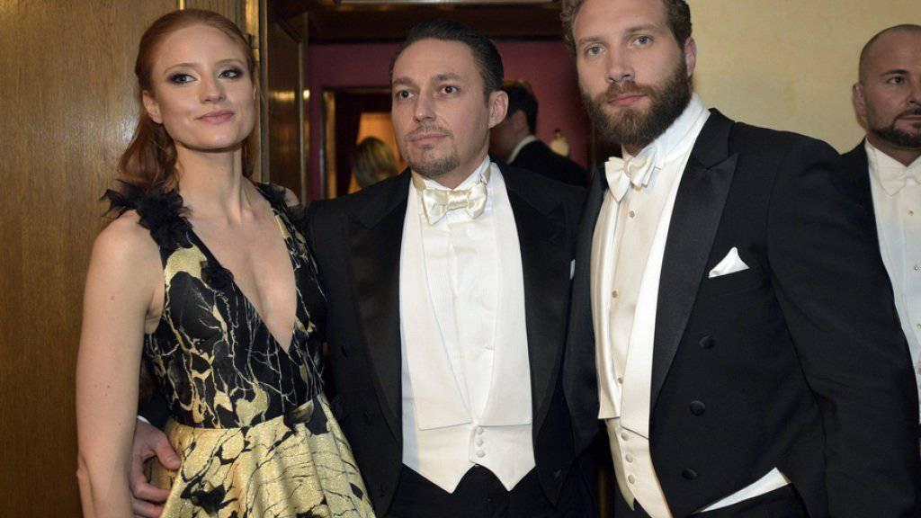 Das deutsche Model Barbara Meier hat sich in den österreichischen Millionär Klemens Hallmann (Mitte) verliebt. Zusammen zeigten sie sich im Februar 2016 am Opern Ball in Wien (Archiv)