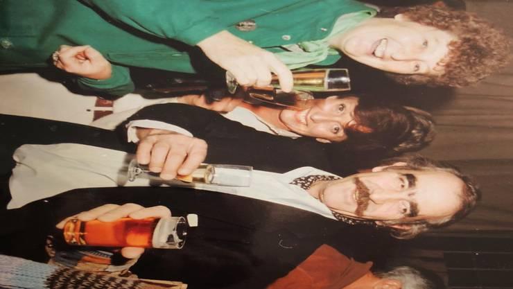 Künstler Jeannot Tinguely (Mitte) stösst mit Cheese Burckhardt und dessen Ehefrau Marischa (ganz links) an.