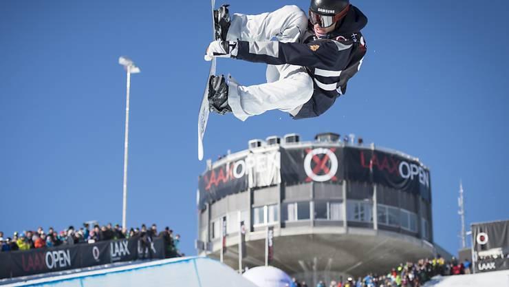 Patrick Burgener fliegt akrobatisch über den Halfpipe-Rand (Archivaufnahme)