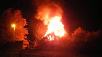 Das Wohnhaus in Altendorf SZ stand beim Eintreffen der Feuerwehr in Vollbrand.