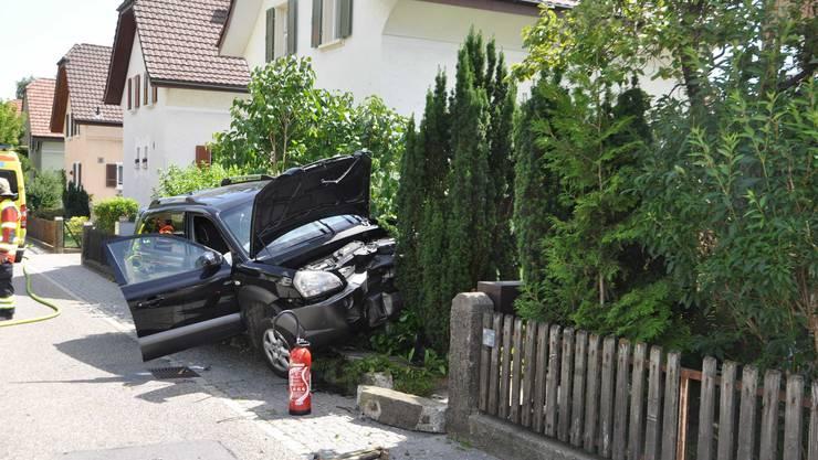Aufgrund eines medizinischen Problems kollidierte ein Auto mit einer Gartenmauer.