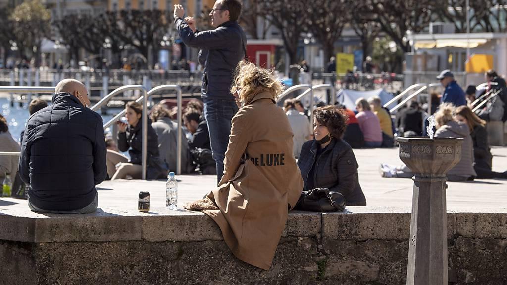 In Lugano tummeln sich bereits zwei Wochen vor Ostern zahlreiche Touristen in der Innenstadt - oftmals ohne Maske.