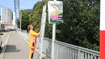 Die Badener Polizeidemontiert Wahlplakate, die nicht der Verordnung entsprechen.