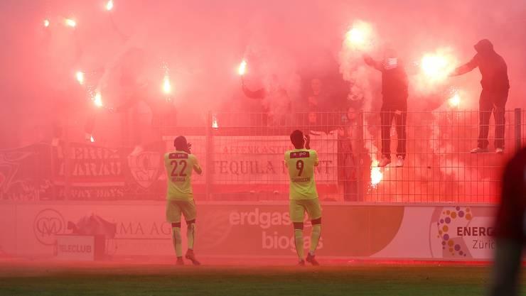 Ausserhalb des Stadions verletzten Aarauer Fans einen Polizisten. Während des Spiels gegen Rapperswil-Jona am Auffahrtsdonnerstag brannten sie Pyros ab.