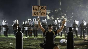 «Kein Geld für die Polizei», fordert ein Demonstrant in der US-Hauptstadt Washington. Seit einer knappen Woche dauern die Massenproteste schon an.