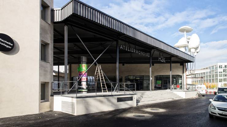 Der grosse gedeckte Vorplatz zum Haus für Elektronische Künste gleicht einer Bühne – wird im Sommer aber auch zur Café-Terrasse.