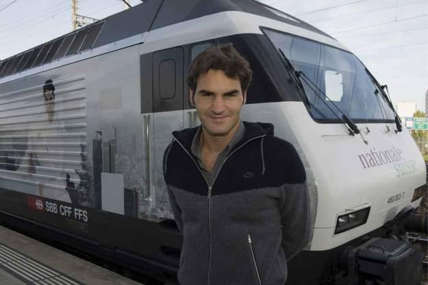 Roger Federer bei der Einweihung einer Roger-Federer-Lok mit der Aufschrift der Nationale Suisse und seinem Bild in Basel 1