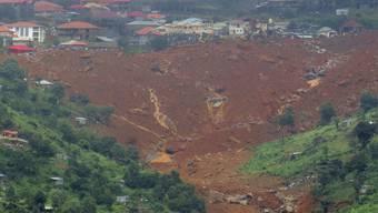 Nahe der Hauptstadt Freetown kam am Montagmorgen nach schweren Regenfällen ein Hang ins Rutschen und begrub Hunderte Menschen, darunter viele Kinder, unter sich.  (AP Photo/ Manika Kamara)