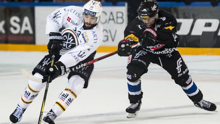 Fribourgs Laurent Meunier kann Luganos Giovanni Morini nicht stoppen