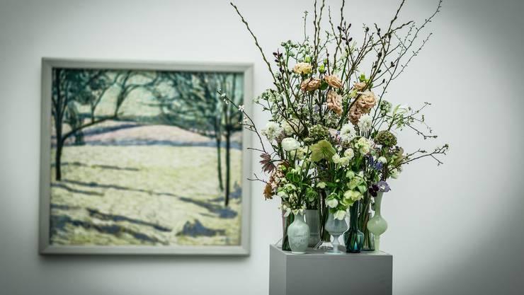 Heidi Hubers Anordnung aus Winter- und Frühlingsblumen nimmt Komposition und Farben von Cuno Amiets «Winterlandschaft» auf.
