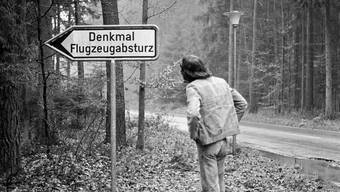 Ein Wegweiser führt in Würenlingen zum Denkmal bei der Absturzstelle im Wald.