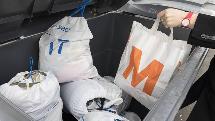 Der Migros-Sack gehört nicht in einen Container für Zürich-Säcke.Wird der Besitzer des illegalen Sackes erwischt, kann es teuer werden. (Symbolbild)