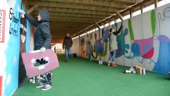 Streetart: Künstler Elf und Taina sprayen die Unterführung beim Lindenplatz für die Galerie «Streetart limited» an.