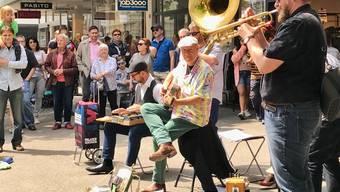 Startschuss zum 15. Bluesfestival in Baden in den Strassen der Stadt