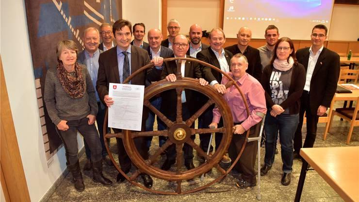 Der Grenchner Gemeinderat posierte fürs Gruppenbild, nachdem die Charta «Kompass» unterzeichnet wurde.