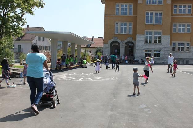 Die Kinder freuen sich über den neu gestalteten Platz.