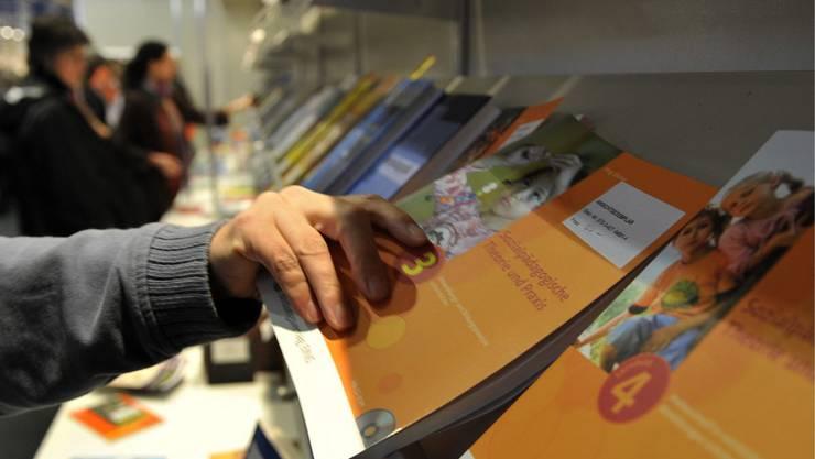 Lehrpersonen sollen künftig auf Grundlage einer kantonalen Lehrmittelliste entscheiden können, welche Lehrmittel sie in ihrem Unterricht einsetzen. (Themenbild).