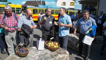 Schmackhafte Begrüssung am Bahnhof Flüh, dem ÖV-Tor zum Leimental (von links): Standesweibel Ueli Lisser und die Kantonsräte Markus Grütter (FDP, Biberist), Beat Loosli (FDP, Starrkirch-Wil), Georg Nussbaumer (CVP, Hauenstein-Ifenthal) und Enzo Cessotto (FDP, Balsthal).