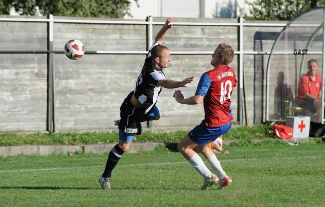 Nikolic Nikola, FC Black Stars (links), gegen Loic Schnebelin von Allschwil