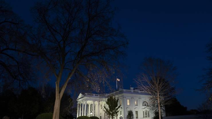 Das Weiße Haus ist am Abend beleuchtet. Foto: Evan Vucci/AP/dpa