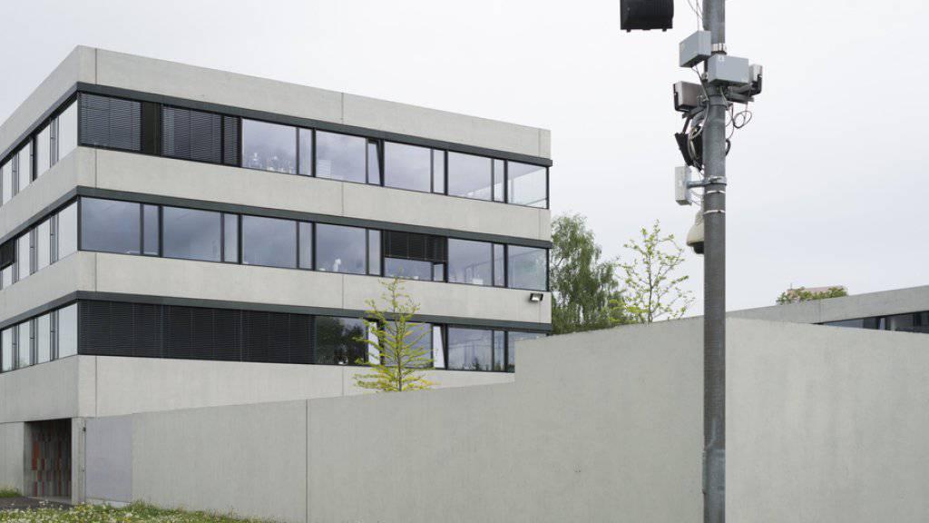Im Asylzentrum Kreuzlingen sollen Asylsuchende von der dort tätigen Sicherheitsfirma schlecht behandelt worden sein. Das Staatssekretariat für Migration (SEM) hat die Vorwürfe nun von alt Bundesrichter Michel Féraud untersuchen lassen. (Archivbild)