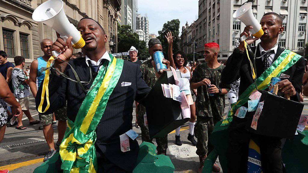 Die älteste Karnevalsgruppe von Rio de Janeiro hat in den Strassen der Millionenmetropole ihr 100-jähriges Bestehen gefeiert. Rund eineinhalb Millionen Menschen zogen am Samstag mit dem Bloco «Cordão da Bola Preta» durch das Zentrum von Rio.