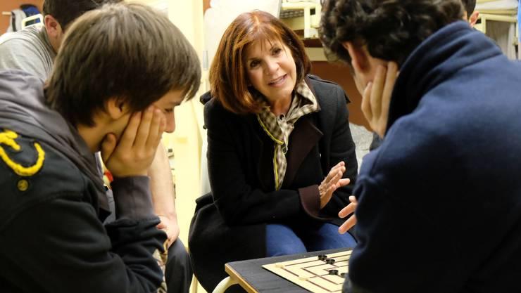 Spielen verbindet - Hélène Vuille, Jean-Marc Sujata und einige der Asylbewerber