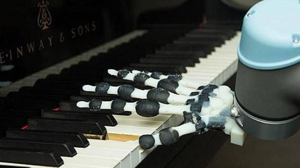 Die Roboterhand besteht sowohl aus festen als auch aus weichen Materialien.