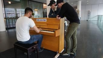 Nicht einmal fünf Minuten nachdem das Klavier aufgestellt wurde, erklangen die ersten Lieder in der Bahnhofshalle.
