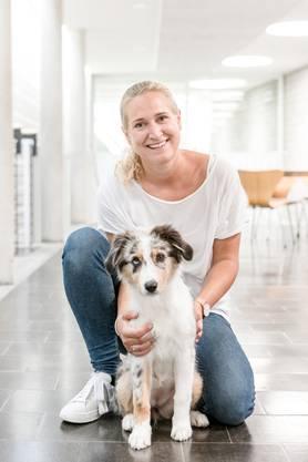 Im Schulhaus Oberrohrdorf ist Schulhund Ruby, ein Australian Shepherd, der grosse Star: Sie besucht mit ihrer Halterin Rochelle Alten Klassen und sorgt für eine entspannte Atmosphäre. Fotografiert am 27. August 2019 in der Klasse von Lehrerin Livia Anner (dunkles Shirt).