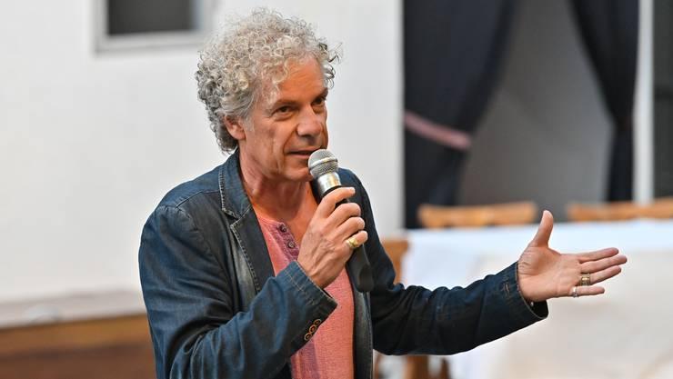 Er ist der Autor und Regisseur des Stücks: Christoph Schwager bei der Begrüssung.