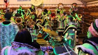 Die «Moräneschränzer Zetzwil» bei ihrem Auftritt im Kaffeezelt – das Publikum tanzt auf den Bänken.