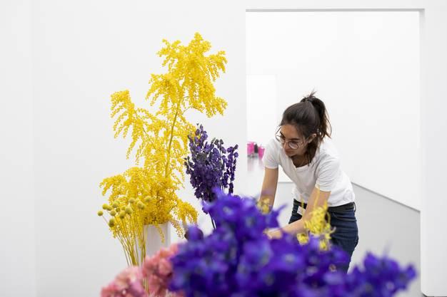 """Angela Kaspar arbeitet bei von Arx Blumen & Garten in Olten. Die Meisterfloristin hat das Bild """"Renversement"""" (1950) von Leo Leuppi mit kräftigen Farben interpretiert."""