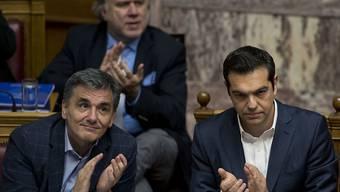 Applaus fürs Sparen: Griechenlands Premier Alexis Tsipras (rechts) und Finanzminister Euklid Tsakalotos während der Parlamentssitzung in Athen.