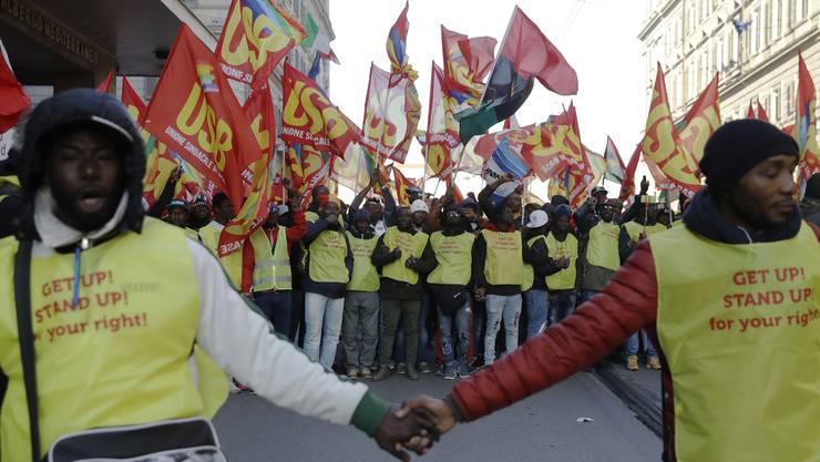 Menschen demonstrieren in Rom gegen Rassismus und Italiens Asylpolitik
